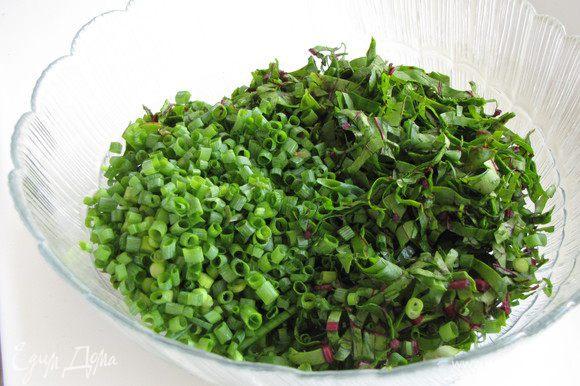 Удалить стебли и нарезать листья соломкой. Измельчить зеленый лук, перемешать с листьями.