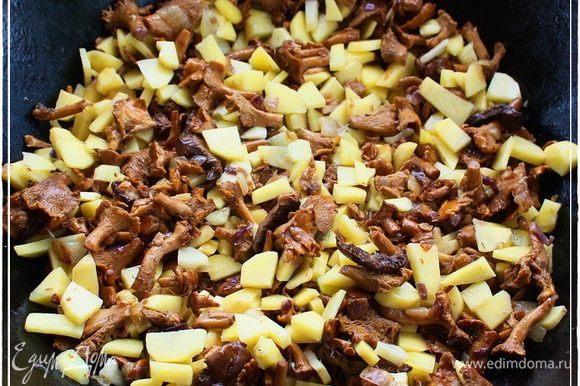 И также деликатно вороша, добиваемся вот такого результата. Чтобы картошке тоже масла досталось.