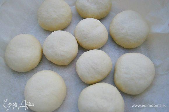 Подошедшее тесто обмять. Разделить на 10 частей. Сформировать булочки. Выложить в форму на небольшом расстоянии и накрыть плёнкой.