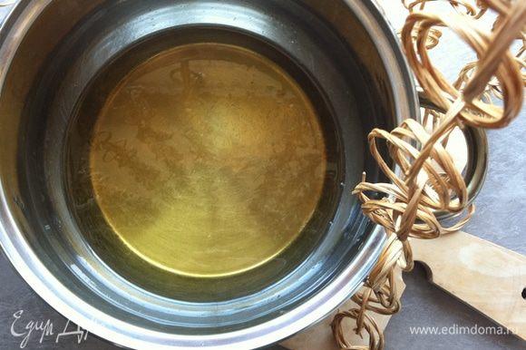 Когда сахар полностью растворится, а отвар приобретет консистенцию сиропа и приятный золотистый цвет, снимаем с огня уже готовый сироп.