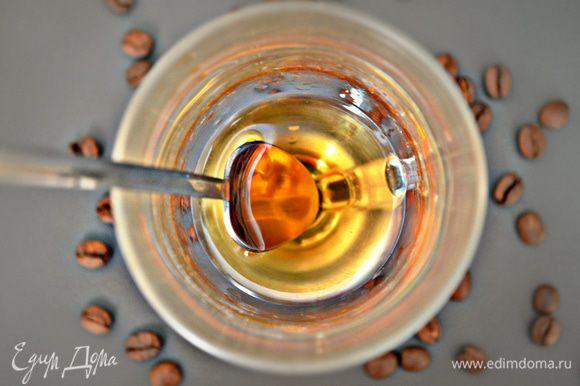 Поджигаете смесь виски и сахара и размешиваете все барной ложкой до тех пор, пока на дне останется сахара. Лучше его поднимать ложкой на края бокала, чтобы сахар карамелизировался – так напиток будет с очень приятным привкусом. После процесса поджигания виски потеряет свою севушную резкость.