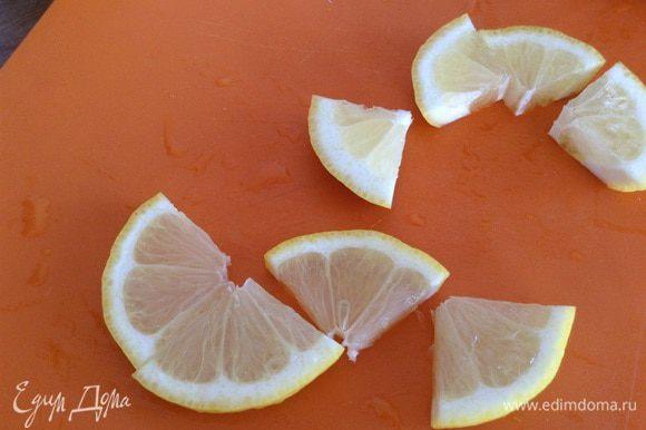 Нарезать лимон, промыть мяту.