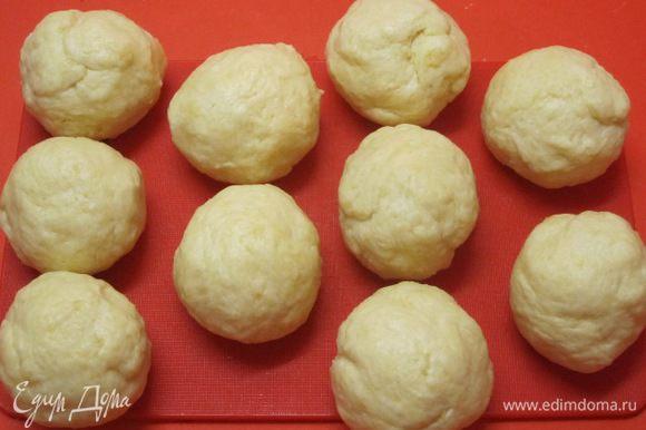 Разделить тесто на 10 равных частей, у меня получились булочки весом 73 грамма. Каждую часть скатать в шарик.