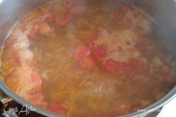 Довести воду до кипения, добавить обжарку. Почистить картофель, нарезать кубиками и варить минут 10.