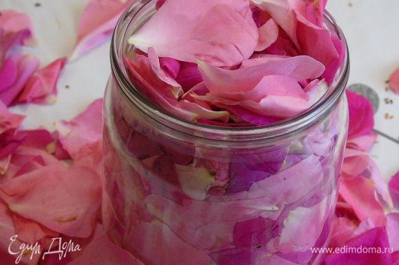 Собрать пол литровую банку лепестков роз. Желательно брать чайную розу, у нее и аромат и вкус тоньше. Розы из магазина не подойдут, это проверенно, они их чем-то обрабатывают, чтоб не вяли, поэтому нужно брать с розового куста.