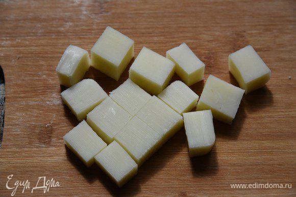 Помидоры (у автора – «бакинские») порезать четвертинками (или, если небольшие, половинками). Я же использовала помидоры черри, чей размер очень хорошо подходил для этих шашлыков (купить их оказалось проще, чем найти бакинские помидоры). Сыр сулугуни нарезать кубиками размером с помидор. Автор пробовал с сыром маасдам, но говорит, что получается «не то» – с сулугуни гораздо вкуснее.