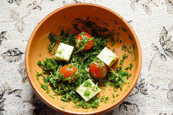 Кусочки сыра и помидоры обвалять с зелени и…