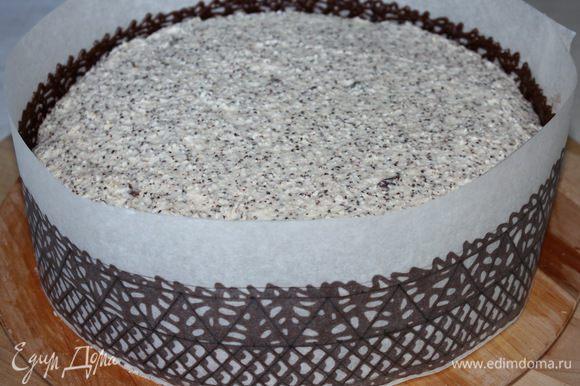 Осторожно наносим шоколадный декор вокруг торта. Убираем в холодильник, пока шоколад полностью не застынет. У меня это заняло около 2-х часов. Лучше всего оставлять декор для застывания на ночь.