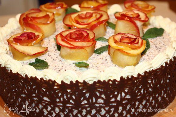 Украшаем торт карамельными розами и лепестками свежей мяты. Вуаля! Торт готов! Хороших всем праздников и прекрасного настроения!