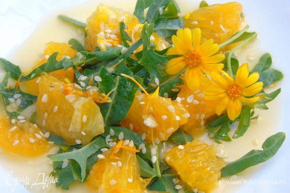 Руколу перемешать с апельсином, полить заправкой и присыпать кунжутом. Украсить цветами календулы. Приятного аппетита!