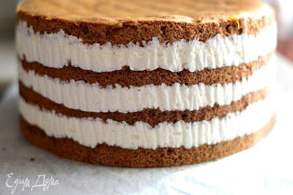 Торт вынуть, освободить от пергамента.