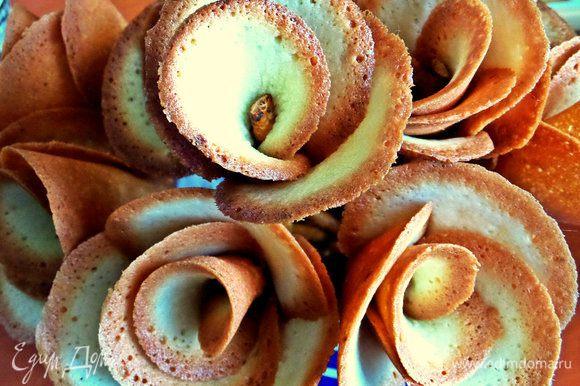 """Для эффекта розы хватит 5 лепестков. Можно оставить так, поставив """"розы"""" в кружку или вазу."""