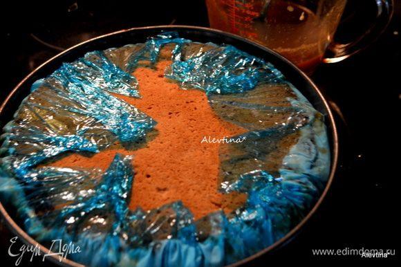 Накрыть сверху вторым слоем печенья. Накрыть пленкой и поставить в морозильник на ночь.