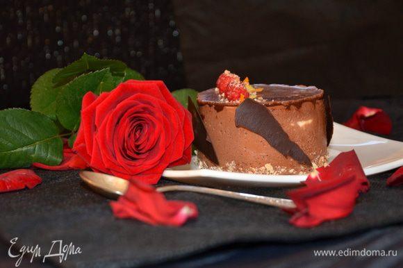 Декорировала шоколадом, который нанесла на бумагу. Малиной, миндальной крошкой и цедрой. Пирожное украшено также как и торт. Из данного кол-ва ингредиентов получился торт и 1 пирожное.