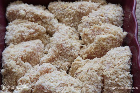Затем обваливаем кусочки филе в сухарях и укладываем в емкость для запекания.