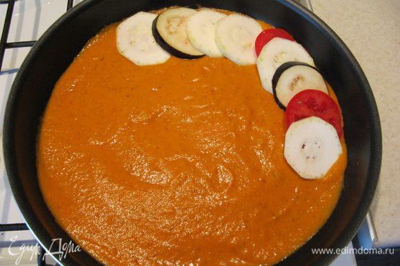 Кабачок, баклажан и 2 томата порезать ровными кружками толщиной 5-7 мм. Овощи выложить в форму с соусом, чередуя друг с другом.