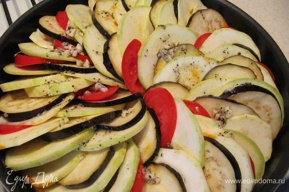 Приготовить заправку. Смешать 3 ст.л. растительного масла, 2 измельченных зубчика чеснока, сушеный базилик, соль и перец. Полить овощи заправкой.