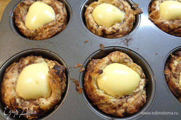 Вытащить пирожные из духовки и дать им остыть.