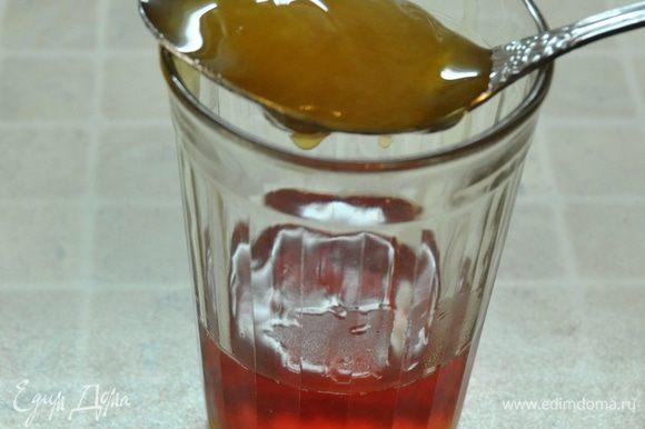 Процедить каркаде в графин, остудить до теплого состояния и добавить мёд. Сладость регулируйте по своему вкусу. Мне понадобилась 1 столовая ложка мёда.
