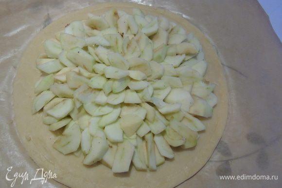 Яблоки очистите, нарежьте ломтиками. Разложите нарезанные яблоки кругами, отступив от края. С помощью ножа сделайте ободок вокруг яблок.