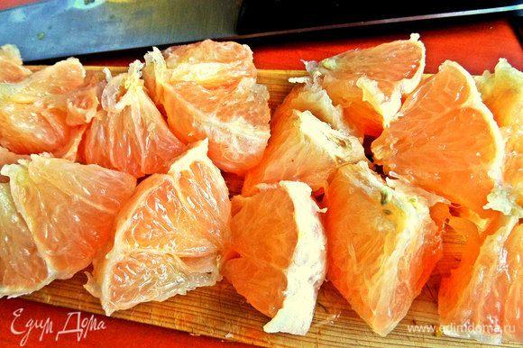 Грейпфрут очистить от корок и нарезать крупно. Желательно подавить немного прямо в кувшине.