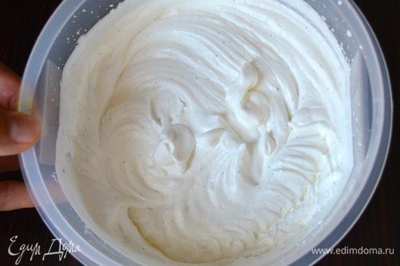 Охлажденные сливки перелить в миску, добавить семена ванили и взбить сливки до мягких устойчивых пиков - не перебейте сливки!