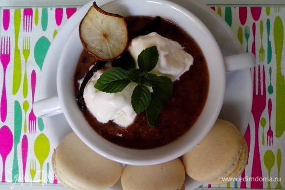 Перелить в порционные тарелки, сверху украсить шариком ванильного мороженого, веточкой мяты. И подавать с хрустящими грушевыми чипсами! Приятного аппетита! К этому летнему десертному супу идеально подойдут ванильные Macarons!