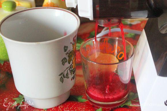 Удалите у вишни косточку, также как и помидоры пропустите через мясорубку с насадкой для сока.
