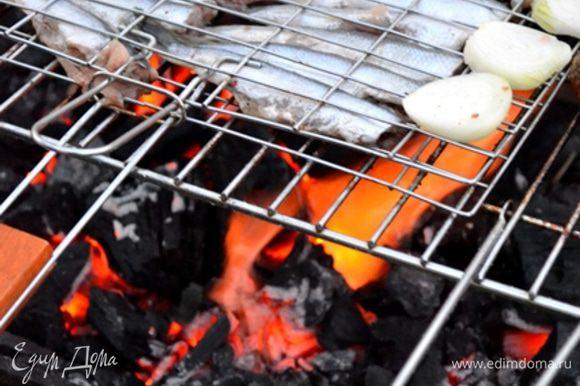Дожидаемся оптимальной температуры углей - рыба готовится очень быстро.