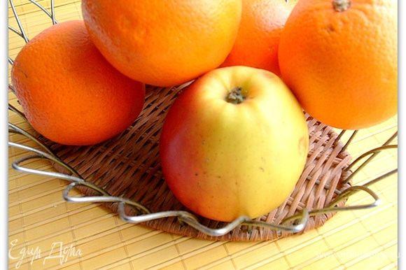 Моем и очищаем яблоки и апельсины.