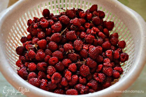 Малину также переберите и промойте под слабым напором воды, чтобы ягоды не помялись и не выпустили свой сок.