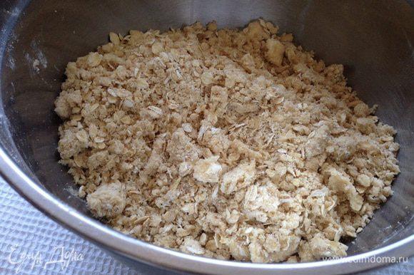 Добавить в мучную смесь масло, нарезанное на кусочки и растереть в крошку.