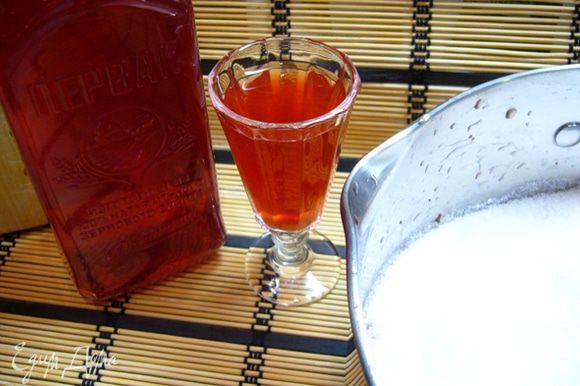 Клубнику промыть, высушить, очистить от хвостиков. Залить клубнику водкой, закрыть крышкой, оставить на 12 ч. Ягоды уменьшатся в размере, как будто водка слегка «прижгла» их. Затем водку слить. Вот такой душистый красивый напиток на выходе! Клубнику засыпать сахаром, оставить на ночь, чтобы ягоды дали сок.