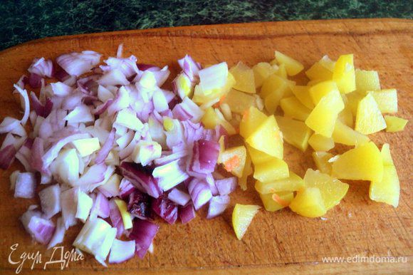 Мелко нарезанный лук, кусочки моченых яблок можно по желанию порезать помельче.
