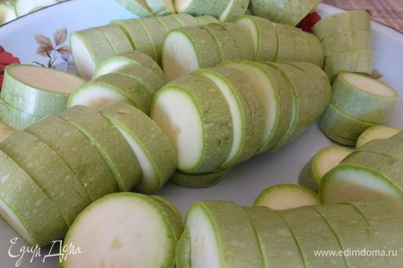 Кабачки помыть, срезать плодоножку и порезать сегментами толщиной 1-1, 5 см.