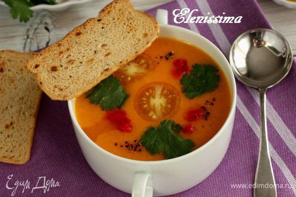 Налейте суп и добавьте листочки кинзы. По вкусу добавьте масло с чили в каждую тарелку. Подавайте с тоненькими тостами мельба или с креветками-гриль. Суп хорош как в тёплом, так и в холодном виде. Приятного аппетита!