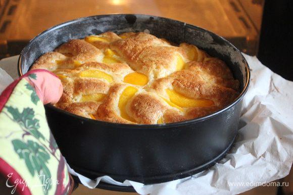 Выпекайте пирог первые 15 минут при 180С, затем температуру духовки уменьшите до 160 градусов. Пирог выпекайте примерно 50-55 минут до золотистого цвета.