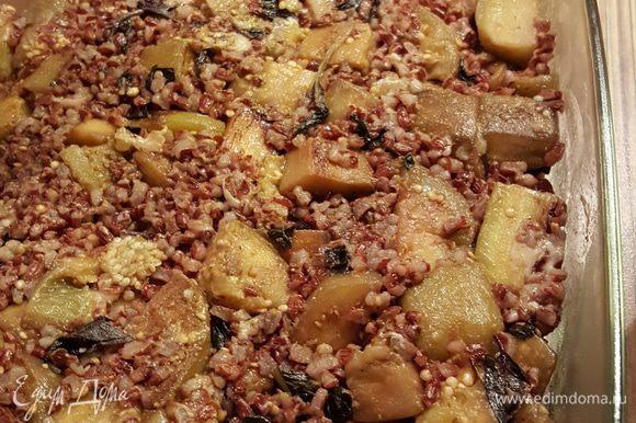 В баклажаны добавить покрошенный базилик (у меня был красный), соус песто, потертый твердый сыр (можно взять любой твердый или пармезан). Всыпать рис и перемешать.