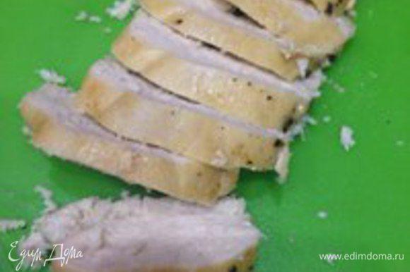 Нарезать готовую куриную грудку крупными кусочками.