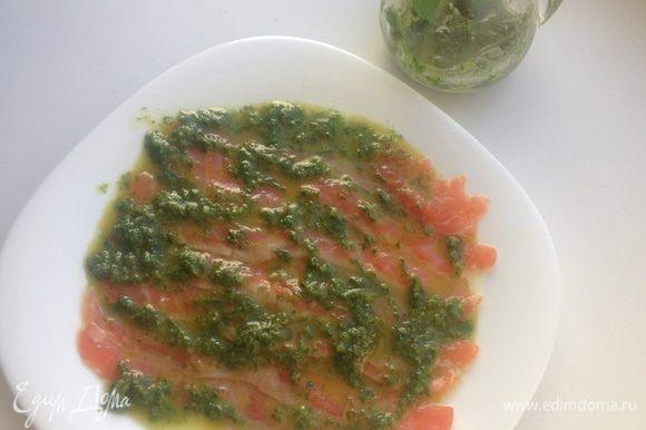 Приготовить соус песто из мяты, орешков и оливкового масла. Полить карпаччо соусом.