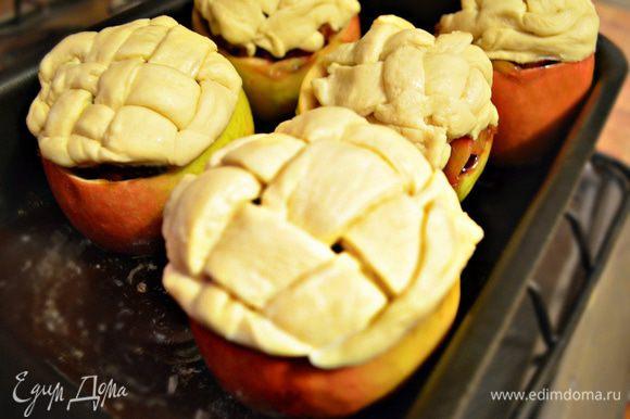 """Подготовленные яблоки уложить в смазанную маслом форму для выпекания и поставить в духовку, нагретую до 200 г на 20 минут ( до лёгкого """"румянца"""" теста)."""