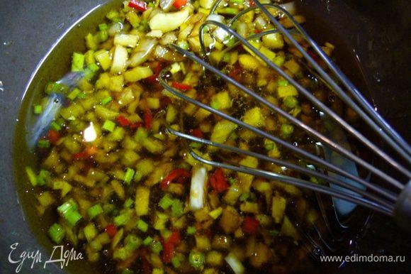 Все ингредиенты для соуса соединить, мед интенсивно вмешать. Оставить соус на 3 часа, за это время мед полностью растворится.