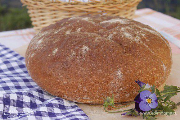 Выпекаем хлеб в заранее разогретой духовке на пару при 200 градусах в течение 25 минут, затем убираем пар и готовим еще 15 минут при 170 градусах.