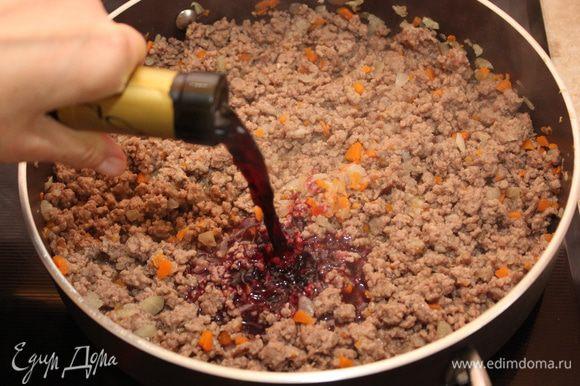 Добавьте красное сухое вино (у меня оказалось грузинское). Дайте вину слегка выпариться. Добавьте протертые помидоры. Тушите под крышкой 45 минут на тихом огне, пока соус не загустеет. В конце посолите, поперчите, добавьте сахар. Снимите мясной соус с огня.