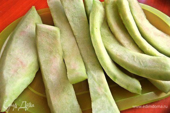 Чистые корки обрезать от розовой мякоти и зелёного верха при помощи овощечистки.