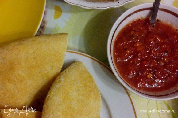 Готовим томатный соус. С большого мясистого помидора снимаем кожицу, измельчаем (на терке или в блендере), полученный сок варим в небольшой кастрюльке до густоты кетчупа или чуточку жиже. За 5 минут до готовности добавляем все специи и пропущенный через чесночницу чеснок, еще немного прогреваем и все, вкуснейший соус к мясу готов!