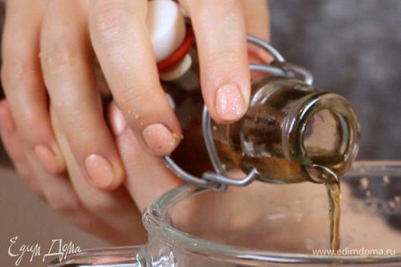 Слить воду у кешью. Сложить все ингредиенты для крема в блендер и взбить.