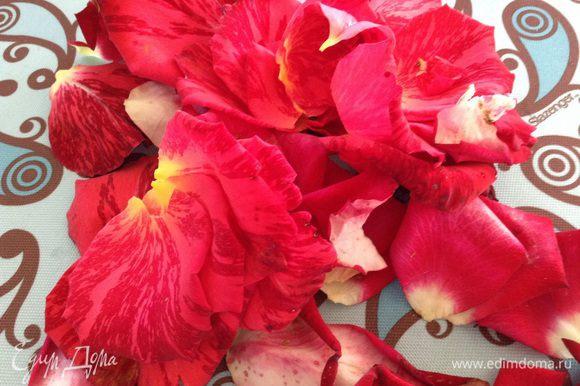 Лепестки роз хорошо промыть.