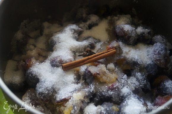 Засыпать сливы сахаром, добавить корицу, гвоздику и бадьян. Дать постоять 1 - 2 часа.