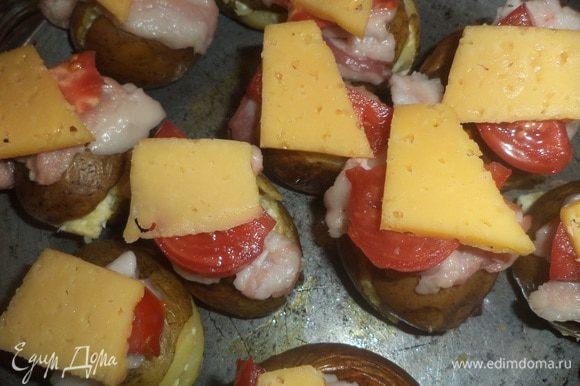 Наполнить этой смесью половинки картофеля и соединить их попарно. Сверху на картофелины выложить полоски бекона и помидора. Оставшийся сыр нарезать пластинками и выложить сверху на помидор. Запекать 10-15 минут.